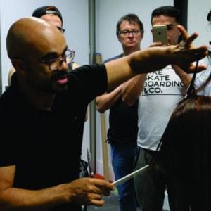 Renato Fuzz fala sobre cuidados com a postura profissional na carreira de cabeleireiro em salão de beleza, evitando dor nas costas e outros problemas